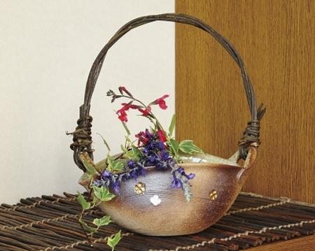 つる付花器 舟形花彫 (信楽焼)